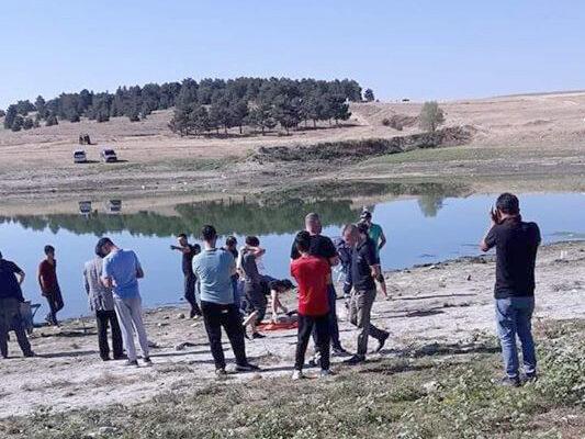 23 yaşındaki genç arkadaşlarının gözü önünde gölette boğularak öldü