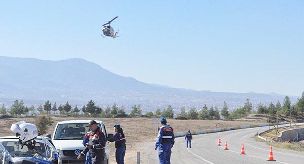 Jandarma ekiplerinden helikopter ile hava destekli trafik denetimi