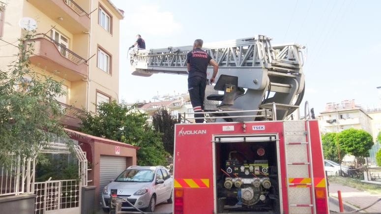 Afyonkarahisar'da çatıda mahsur kalan güvercini itfaiye ekibi kurtardı