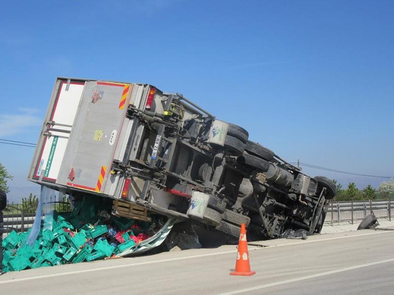 Afyonkarahisar'da devrilen meyve ve sebze yüklü kamyonun sürücüsü yaralandı