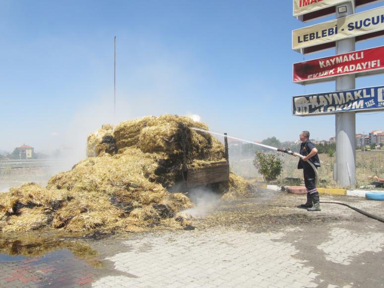 Afyonkarahisar'da seyir halindeki traktörün römorkundaki saman balyaları yandı