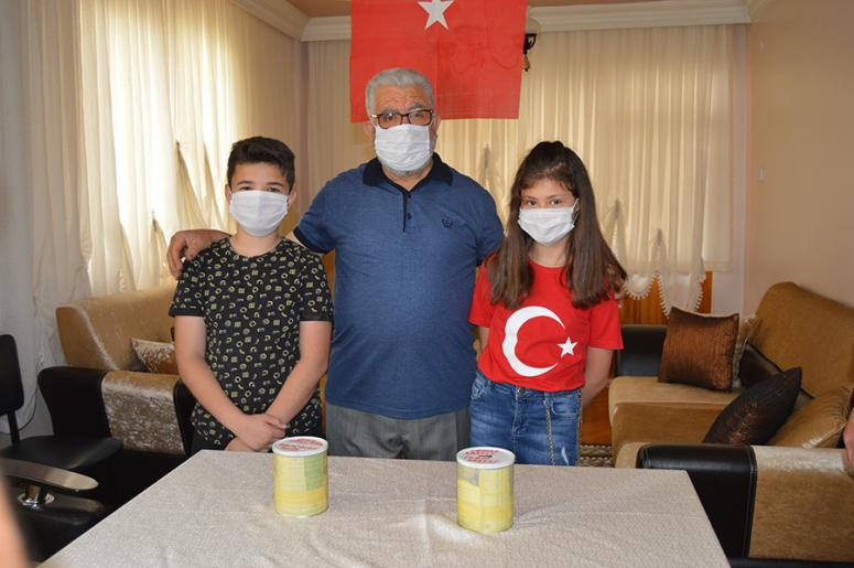 Afyonkarahisarlı iki kuzen biriktirdikleri 700 lirayı Milli Dayanışma Kampanyası'na bağışladı