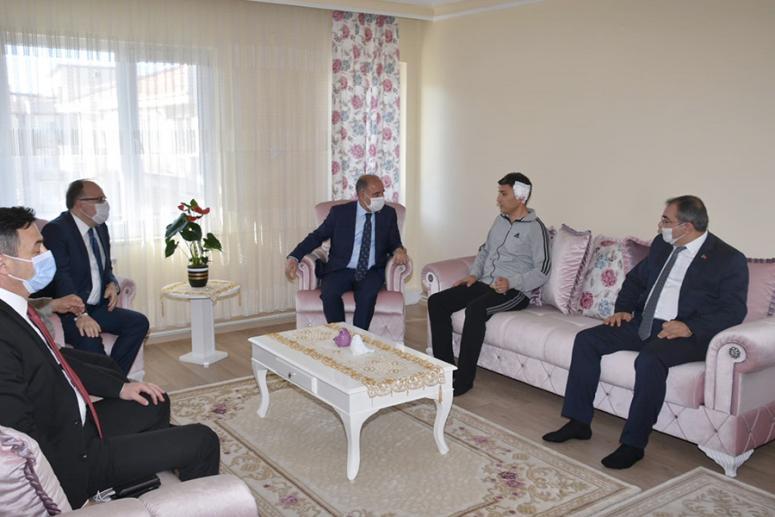 Aktaş, Afyonkarahisar'da saldırıya uğrayan polis memurunu ziyaret etti