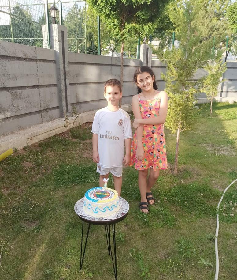 Bahçede doğum günü kutlaması