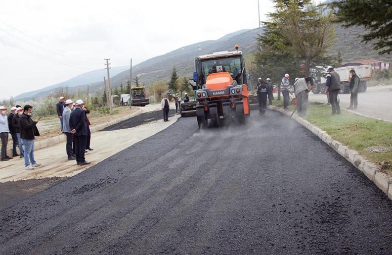 Çay ilçesinde sıcak asfalt çalışmalarına başlandı