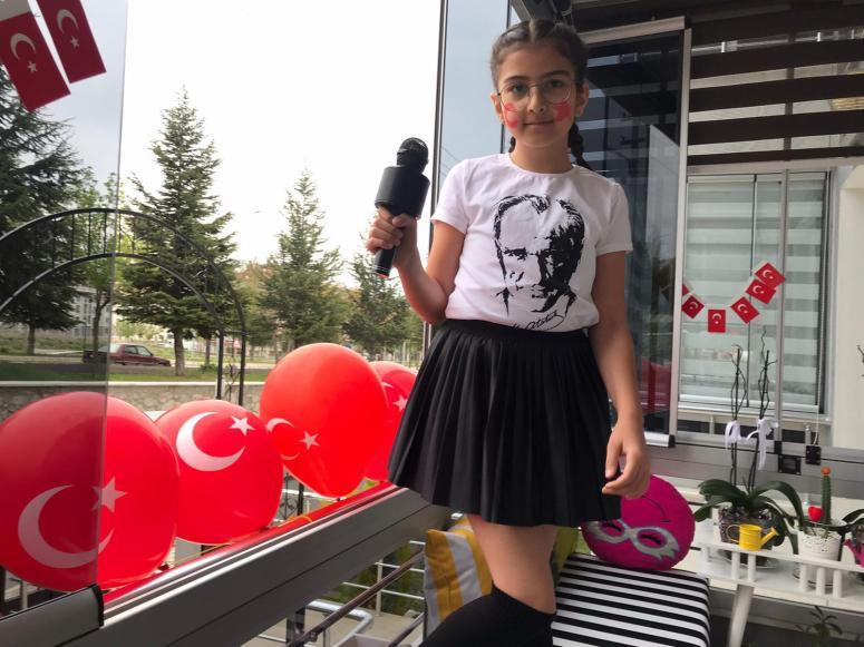 Hurma, 23 Nisan'ı evinin balkonunda kutladı