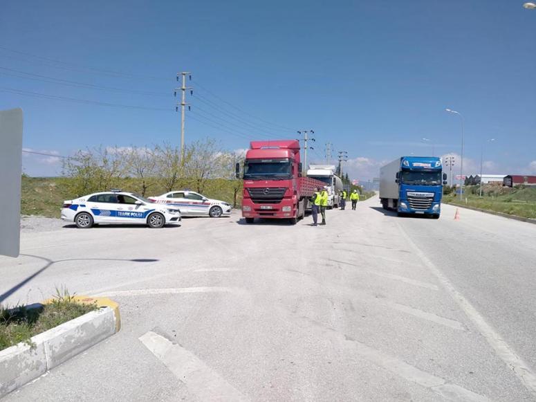 Jandarma ve polis trafik ekipleri sürücülerin Trafik Haftası'nı kutladı