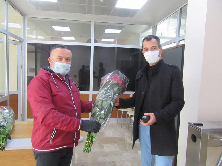Jeotermal serada yetiştirilen ilk güller koronavirüs savaşçılarına dağıtıldı