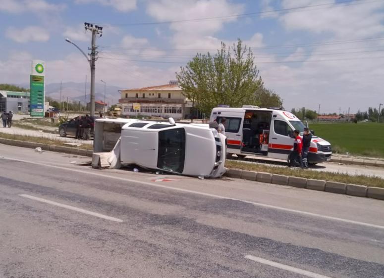 Kamyonet devrilmesi sonucu 3 kişi yaralandı