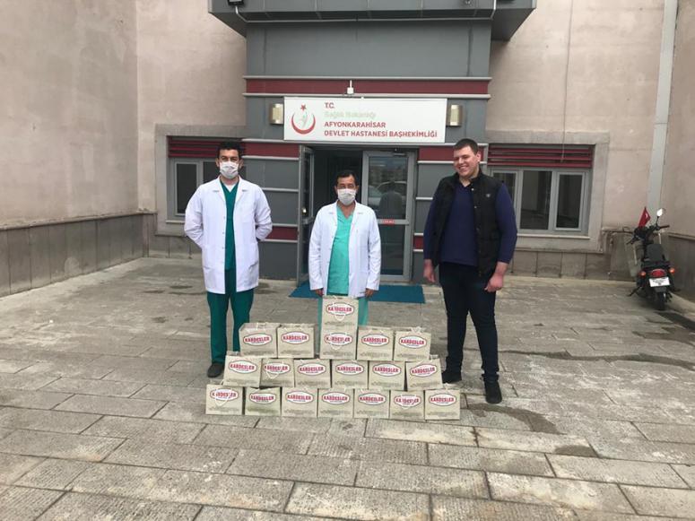 Kardeşler Kasap sağlık çalışanlarının yanında