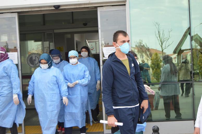 Koronavirüsü yenen asker taburcu edildi