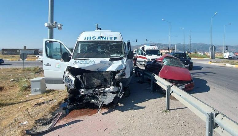 Minibüs ile otomobil çarpıştı: 17 yaralı
