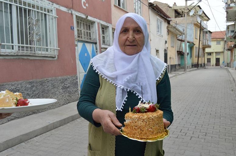 Nazik nine doğum gününü ilk kez 74 yaşında 112 ekibiyle kutladı