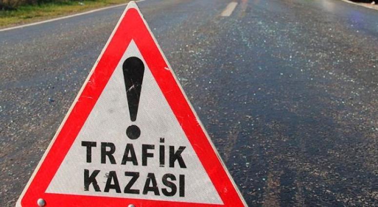 Otomobil ve traktör çarpıştı: 3 yaralı