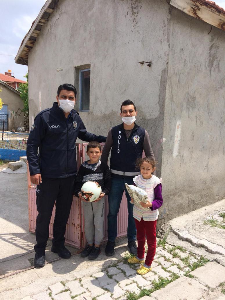 Polis ekibi çocukların yüzünü güldürdü