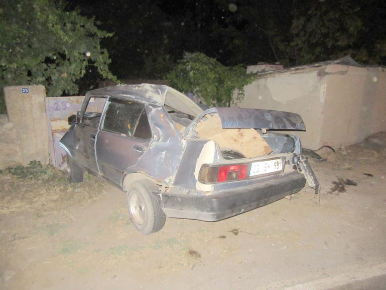 Sandıklı'da araç duvara çarptı:2 yaralı