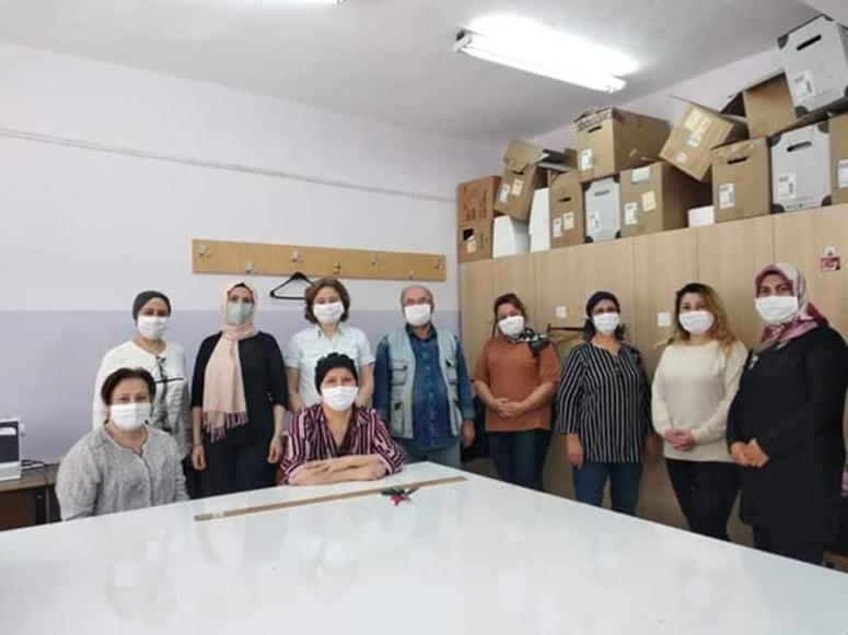 Sandıklı'da Gönüllü Hanımlar Derneğince üretilen maskeler vatandaşlara dağıtıldı