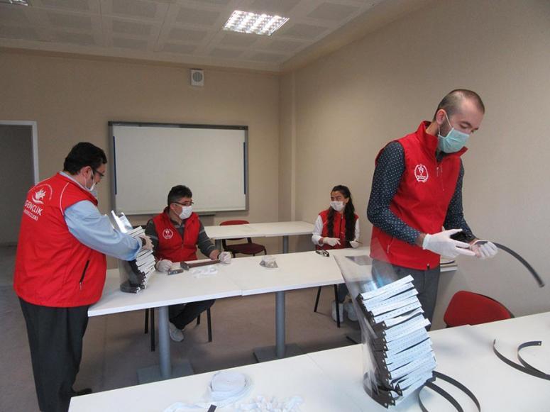 Sandıklı Gençlik Merkezi çalışanları günlük 150 siperlik maske üretiyor