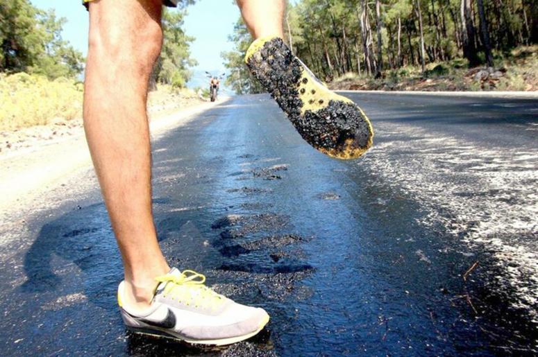 Sıcaktan Şuhut'ta asfalt eridi