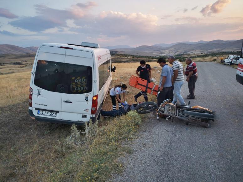 Şuhut'ta minibüs ile motosiklet çarpıştı 1 yaralı