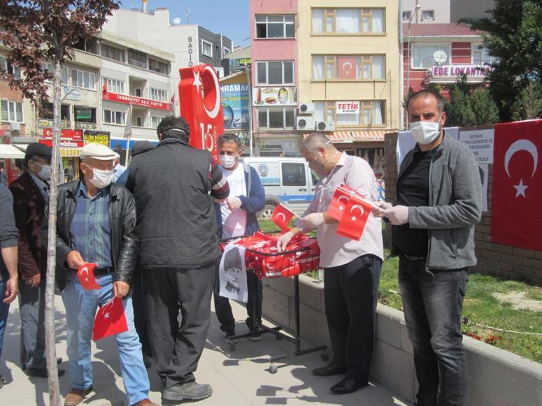Türk Eğitim -Sen, Türk bayrağı dağıttı