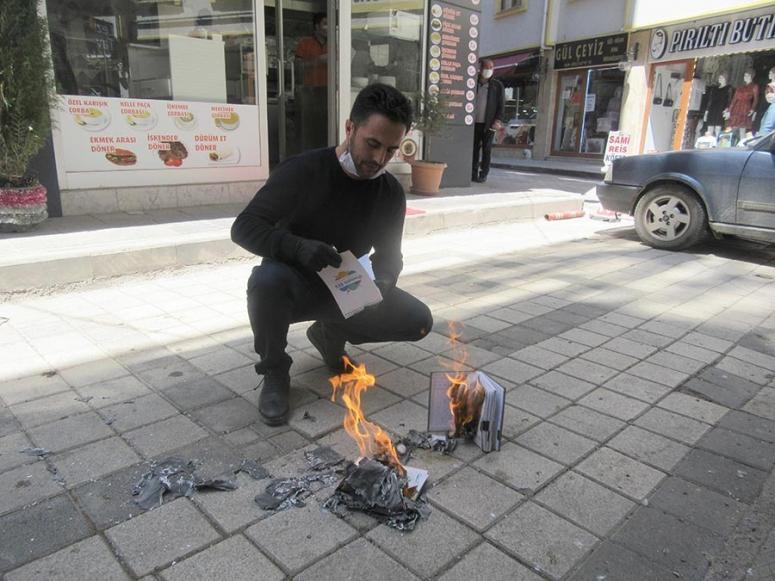 70 bin liralık veresiye defterlerini yaktı