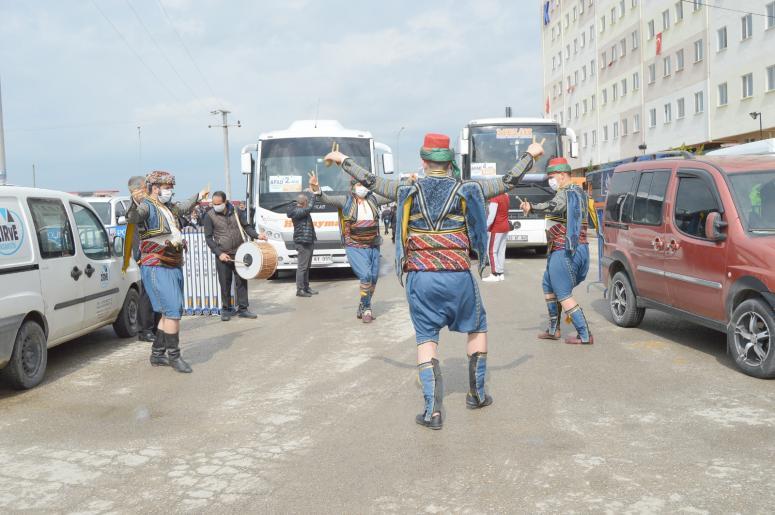 Karantina süresi dolan 361 kişi, davul zurnayla memleketlerine uğurlandı