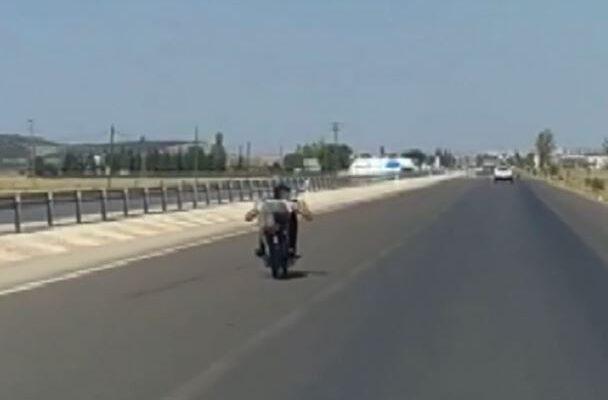 Seyir halindeki motosikletin üzerine yatan genç ölümle dans etti