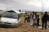Kontrolden çıkarak tarlaya devrilen minibüste 7 kişi yaralandı