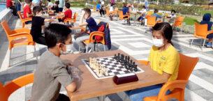 Satranççılar maskesini takıp açık havada turnuva yaptı
