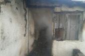 Yaşlı çift evde çıkan yangında dumandan etkilenerek hastanelik oldu