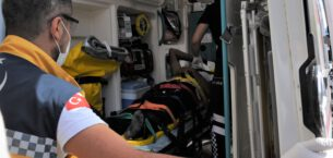 Eskişehir'de mobilya dükkanında çalışan bir kişi asansör boşluğuna sıkışarak ağır yaralandı.