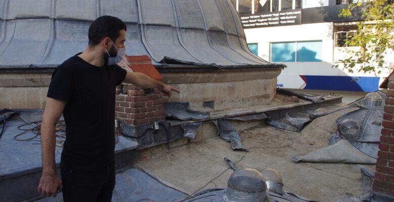 Tarihi Küçük Hamam'ın çatısındaki kurşunları çaldılar