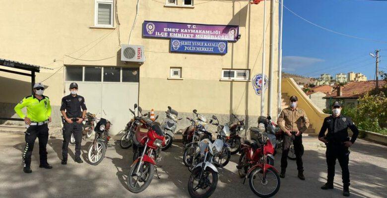 Emet'te 15 motosiklet trafikten men edildi
