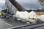 Damperi açılan kamyon yön levhasını devirdi