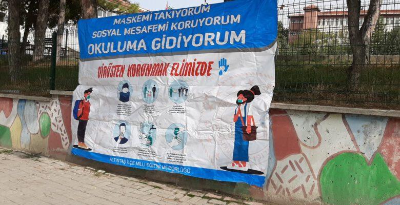 Okul bahçesinde Korona virüs bilgilendirme afişleri