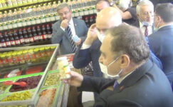 Eroğlu, Bakan Karaismailoğlu'na sarımsak turşusu hediye etti