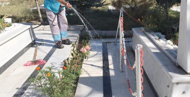 Sandıklı Belediyesi şehitlikte temizlik çalışması yaptı