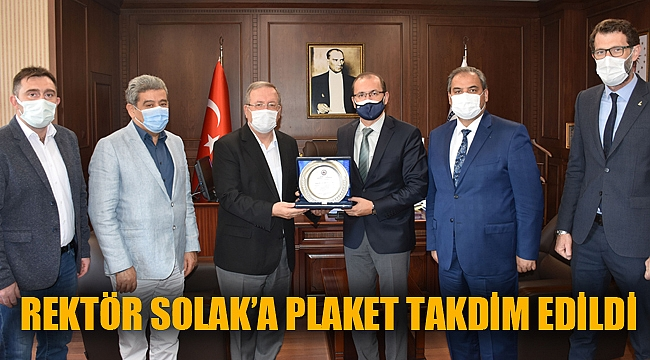 Eski rektör Solak'a plaket takdim edildi