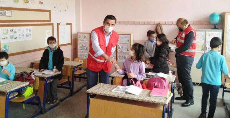 Türk Kızılay Hisarcık Temsilciliği öğrencilere maske ve dezenfektan dağıttı