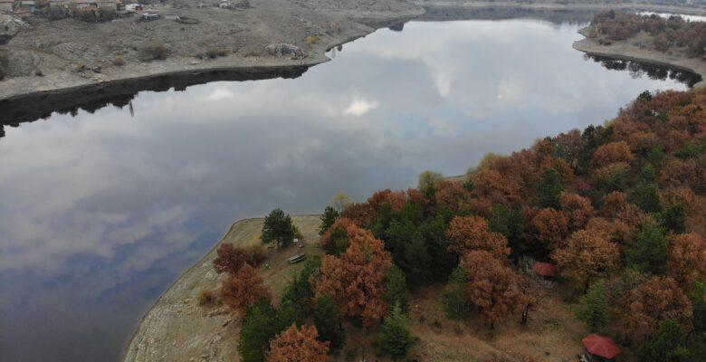 Kütahya Enne Barajı ve Tabiat Parkı, sonbaharda farklı bir güzelliğe büründü.