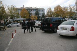106 adet sentetik uyuşturucu hapla yakalanan 4 kişi adliyeye çıkarıldı