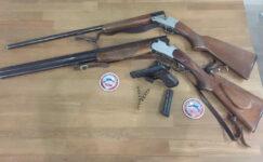 Araçta çok sayıda silah ele geçirildi