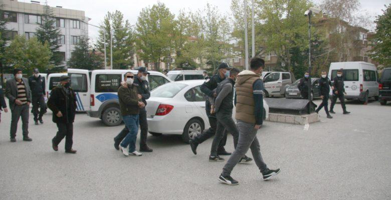 Korona tedbirlerini hiçe sayıp asker eğlencesi yapan gençler polise saldırdı