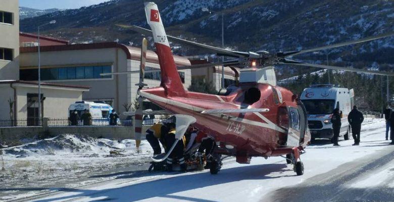 Hava ambulansı karla kaplanan yola inip hasta nakli gerçekleştirdi