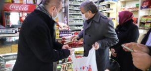 Mahalle bakkalından alışveriş yapıp ihtiyaç sahibi ailelere dağıttılar