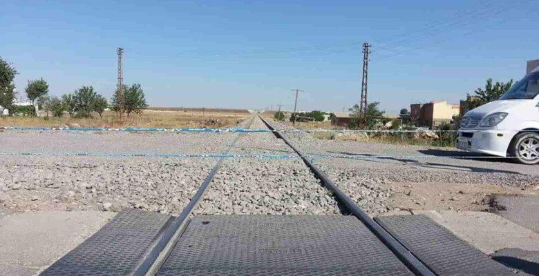 Hemzemin geçitte taşlanan trenin makinisti yaralandı