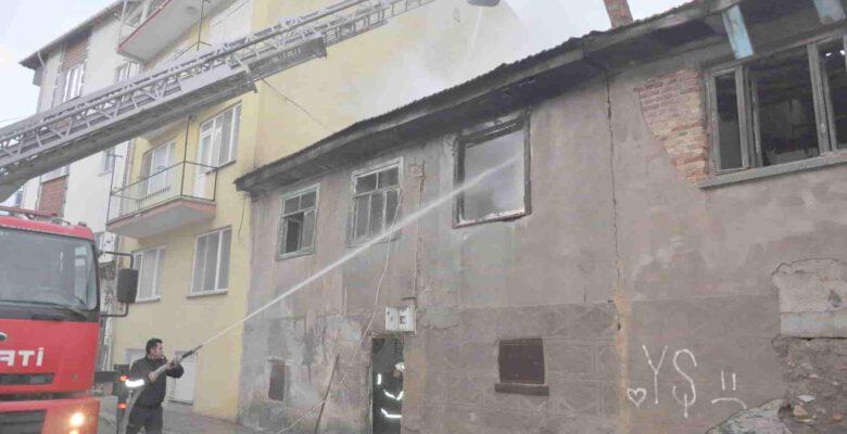 İki katlı ahşap ev yangın sonrası kullanılamaz hale geldi