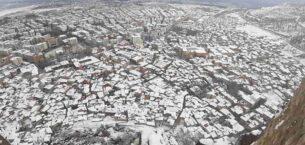 Kar altında kalan kenti 226 metre yükseklikten seyrettiler