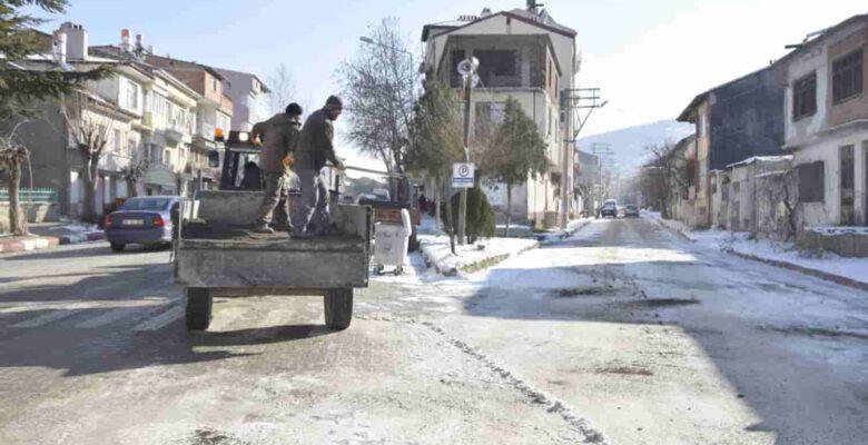 Yollarda kumlama çalışmaları yapıldı